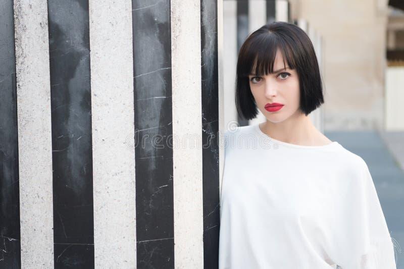 Schönheitsmädchen mit Zauberblick Frau mit rotem Lippenmake-up in Paris, Frankreich Sinnliche Frau mit dem Brunettehaar Mode-Mode stockbild