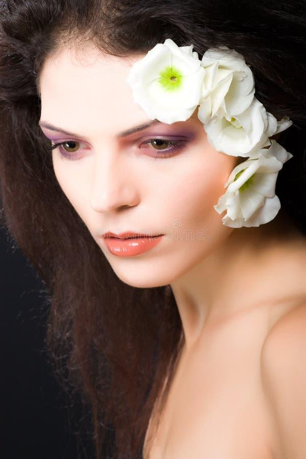 Schönheitsmädchengesichts-Frauenportrait mit weißen Blumen stockbilder