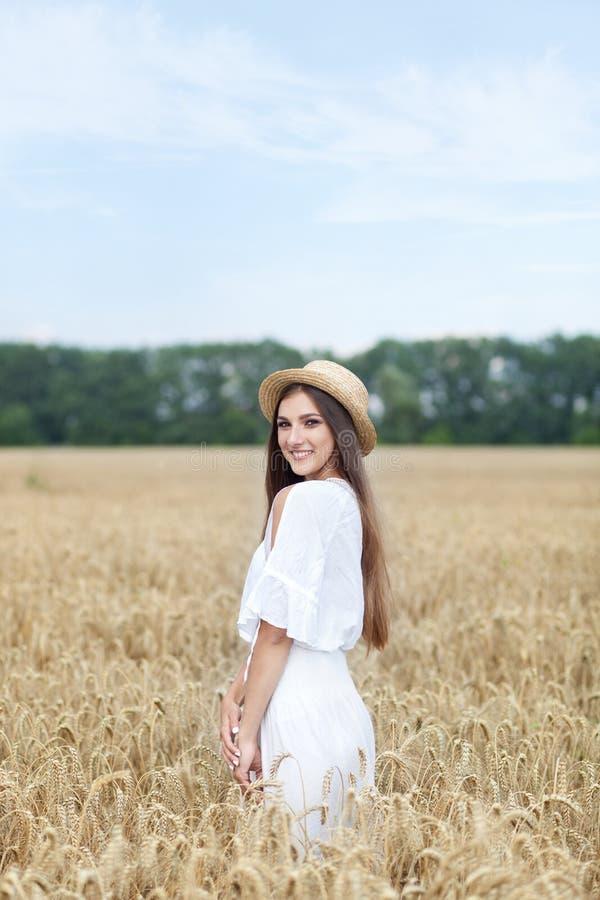 Schönheitsmädchenporträt auf dem Weizengebiet bei Sonnenuntergang Attraktive junge Frau, die das Leben lächelt und genießt Schöne stockbilder