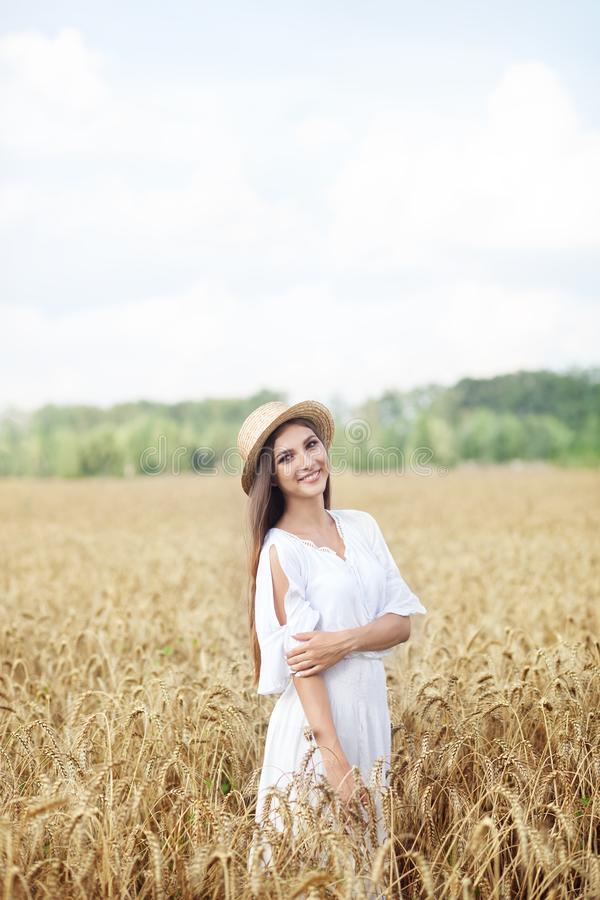 Schönheitsmädchenporträt auf dem Weizengebiet bei Sonnenuntergang Attraktive junge Frau, die das Leben lächelt und genießt Schöne lizenzfreie stockfotografie