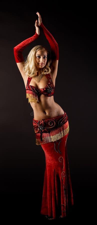 Schönheitsmädchentanz im arabischen Kostüm stockfotos