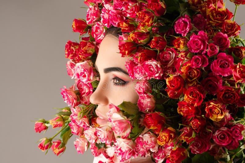 Schönheitsmake-upprofil-Gesichtsfrau mit Rosennahaufnahme stockbild