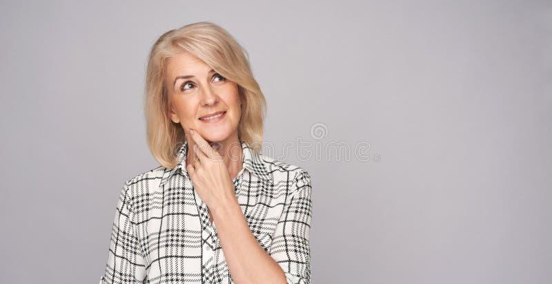 Schönheitsmittelalterfrau stockfotografie