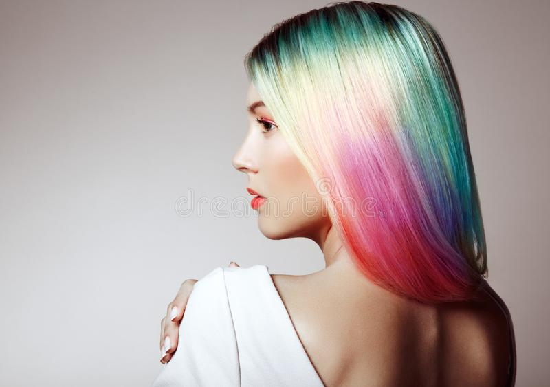 Schönheitsmode-modell-Mädchen mit dem bunten gefärbten Haar lizenzfreie stockfotografie