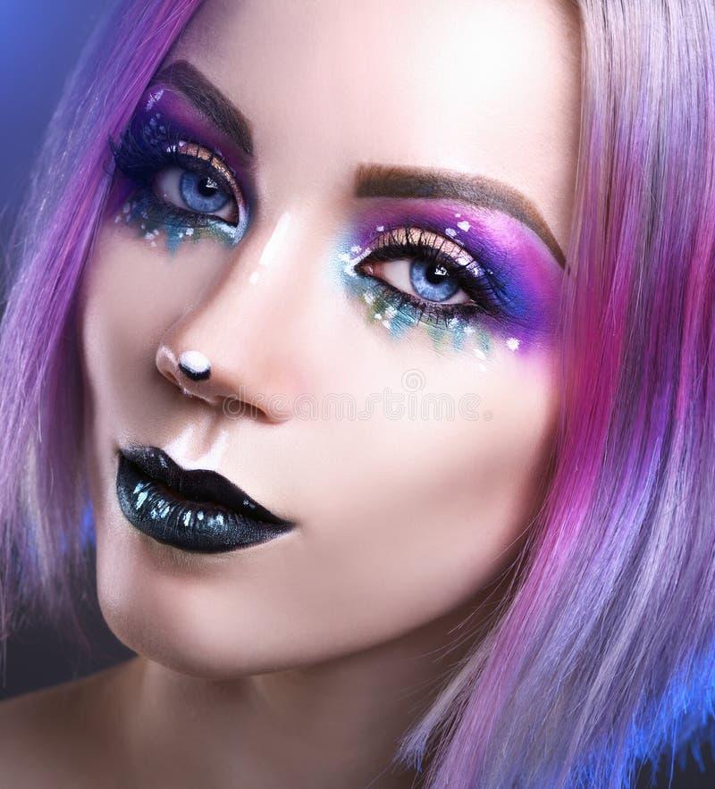 Schönheitsmode-modell-Mädchen mit dem bunten gefärbten Haar stockfotografie