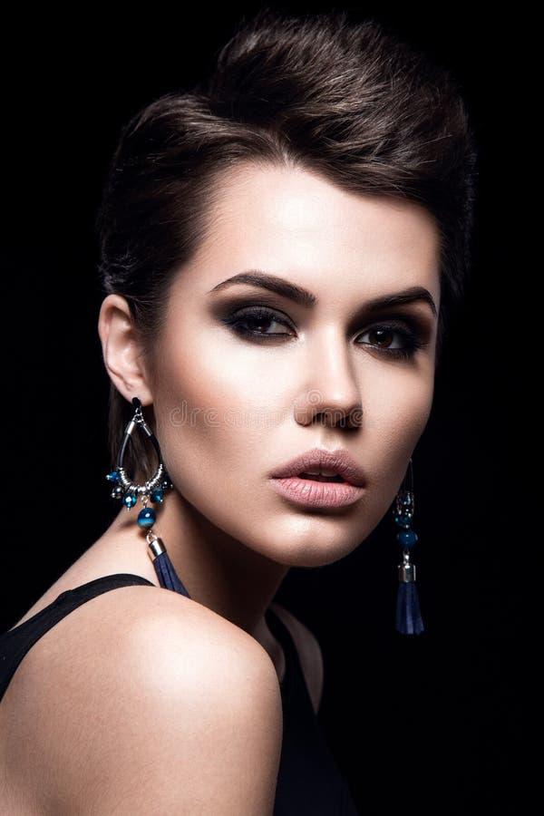 Schönheitsmode-modell-Mädchen mit dem kurzen Haar Vorbildliches Portrait des Brunette Kurzer Haarschnitt Sexy Frauen-Make-up und  stockfotos