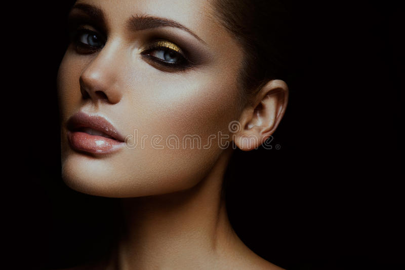 Schönheitsmode-modell-Mädchen mit hellem Make-up stockfoto