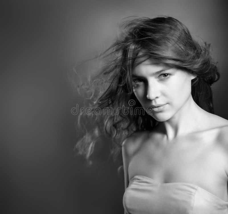 Schönheitsmode-Portrait einer selbstbewussten jungen Frau stockbilder