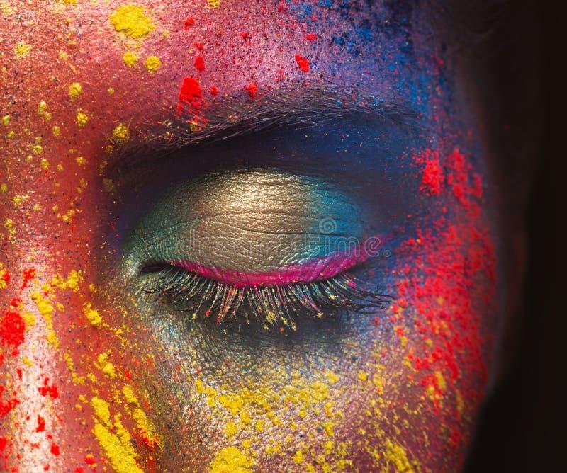Schönheitsmodell mit buntem Pulver bilden stockfotografie