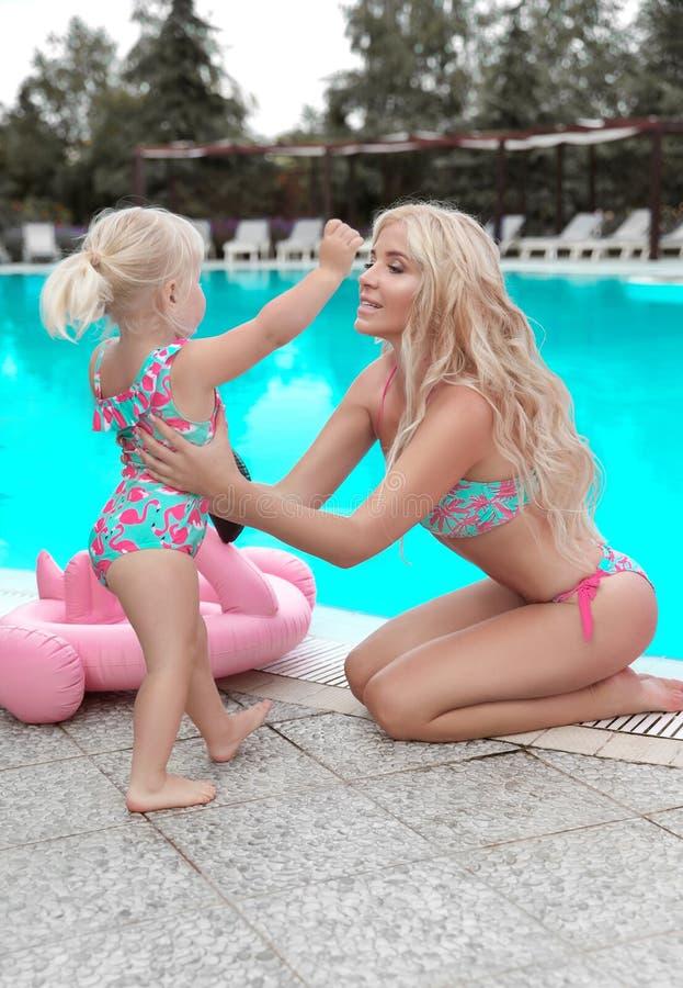 Schönheitsmodemutter mit Tochterfamilienblick Schönes blondes stockbild