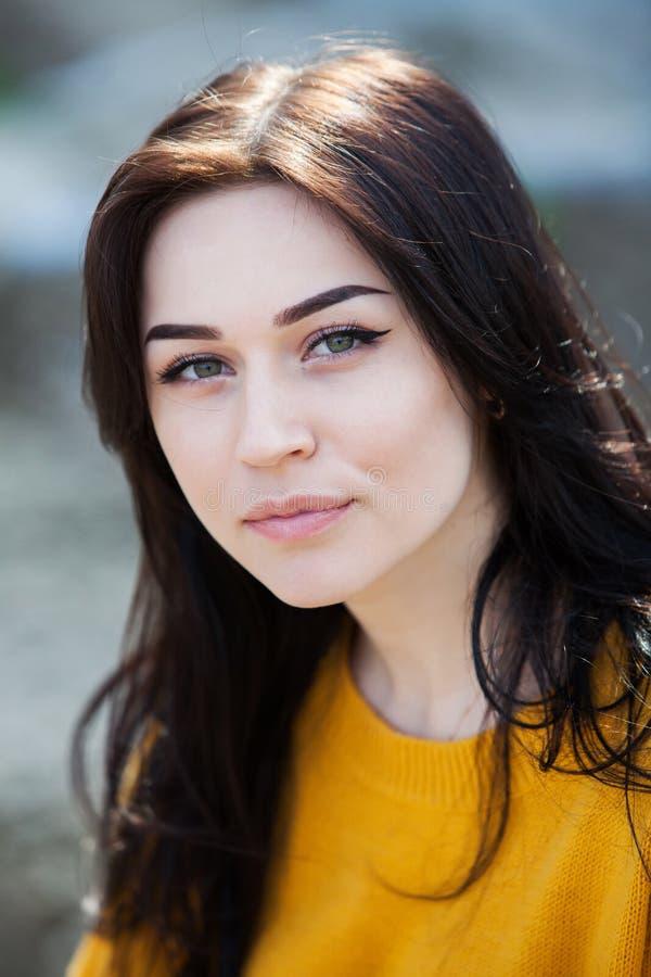 Schönheitsmodeporträt des jungen schönen brunette Mädchens mit dem langen schwarzen Haar und den grünen Augen Schönheitsporträt d stockfotos