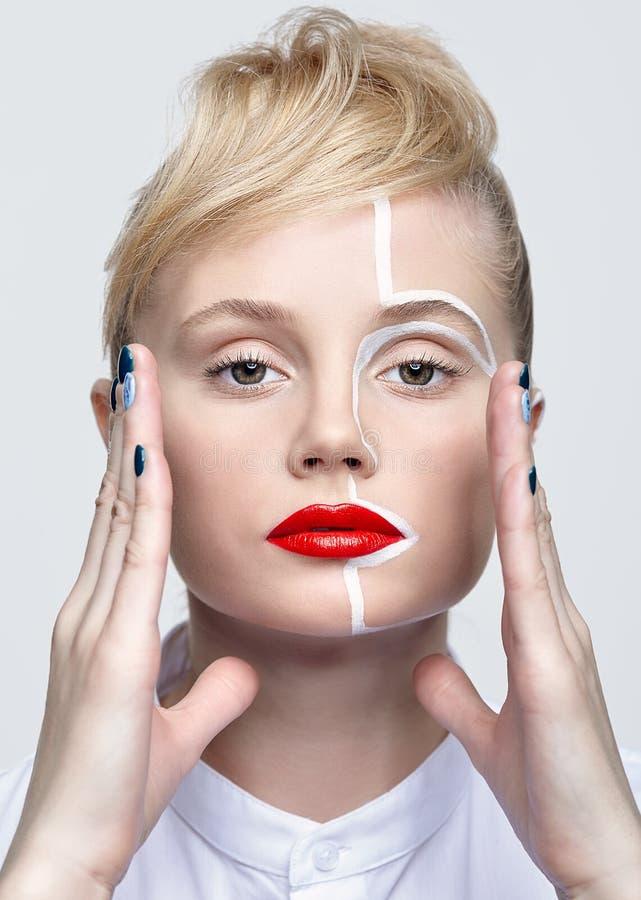Schönheitsmodeporträt einer jungen Frau Frau mit einem ungewöhnlichen kreativen Make-upgesicht paintin lizenzfreie stockbilder
