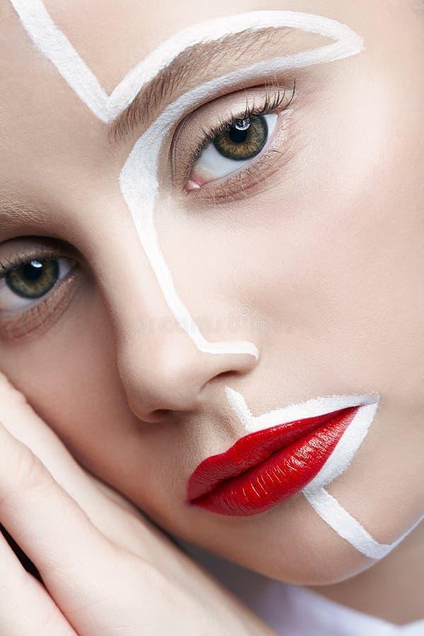 Schönheitsmodeporträt einer jungen Frau Frau mit einem ungewöhnlichen kreativen Make-upgesicht paintin stockfotos