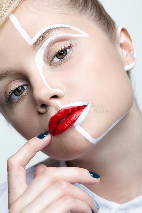 Schönheitsmodeporträt einer jungen Frau Frau mit einem ungewöhnlichen kreativen Make-upgesicht paintin stockfoto