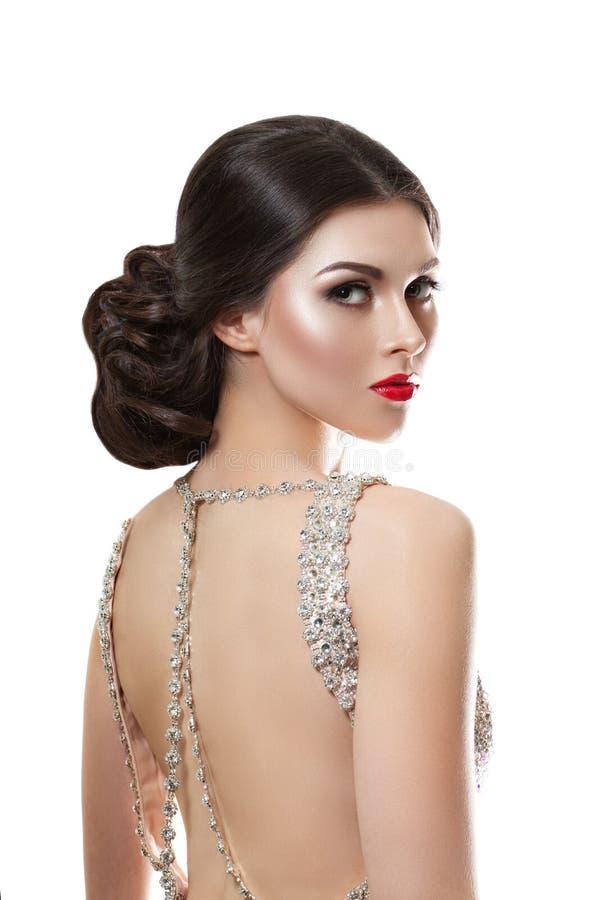 Schönheitsmodeporträt eines schönen Modells in einem Abendkleid gestickt mit Steinen stockbild