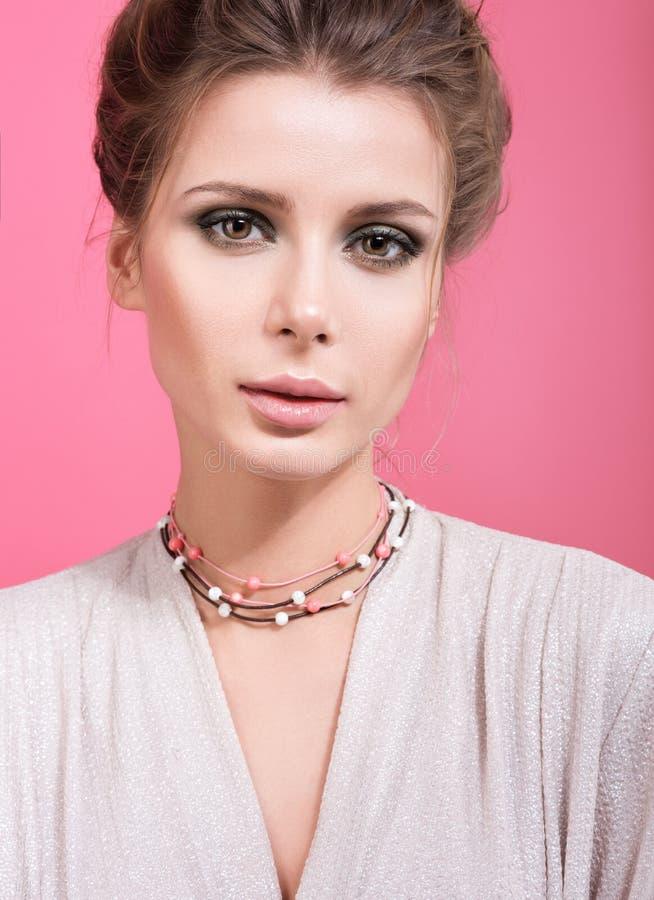 Schönheitsnahaufnahmeporträt der schönen jungen Frau mit Perlen auf ihrem Hals stockfotos