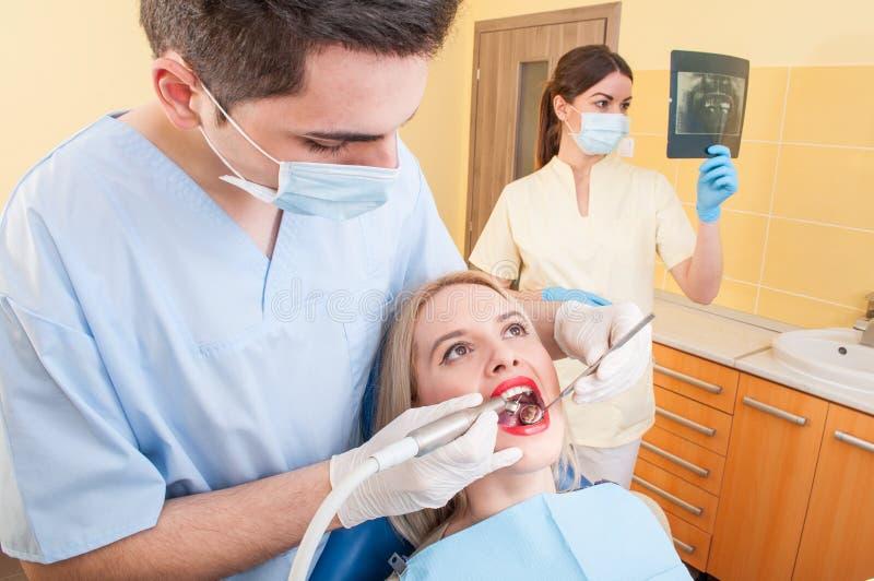 Schönheitspatient im Zahnarztbüro oder -kabinett stockbild