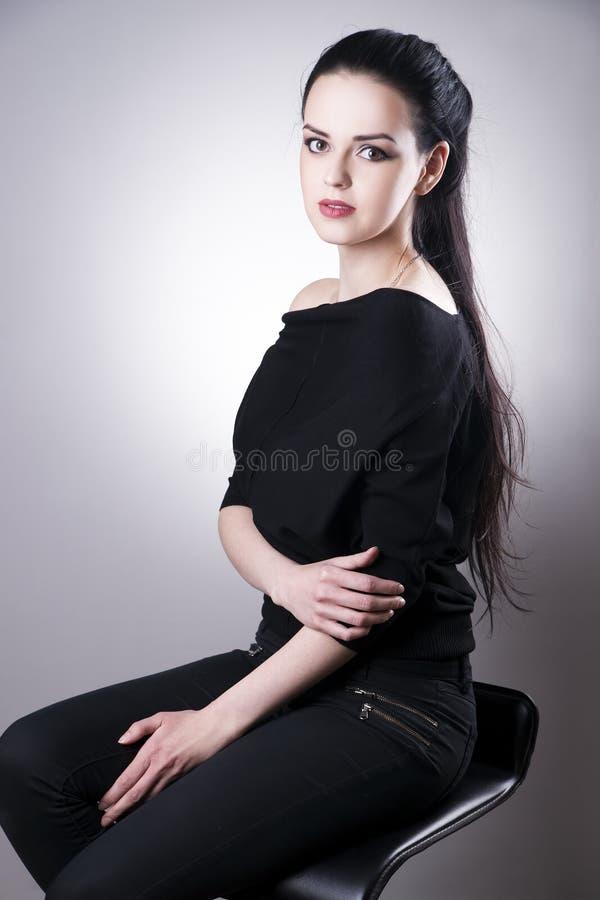 Schönheitsporträt auf einem grauen Hintergrund Mode-blondes vorbildliches Porträt stockfotos