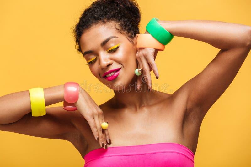 Schönheitsporträt der attraktiven Afroamerikanerfrau mit fashio stockbild
