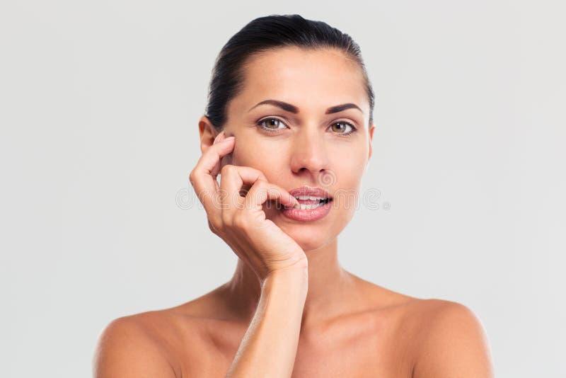 Schönheitsporträt der attraktiven Frau mit frischer Haut lizenzfreie stockbilder
