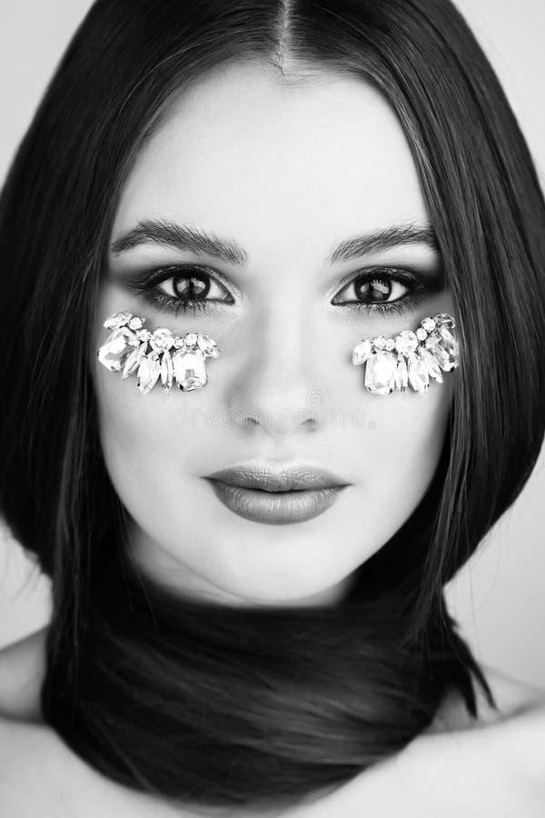 Schönheitsporträt der attraktiven Frau mit hellem Make-up und Juwel lizenzfreie stockfotografie