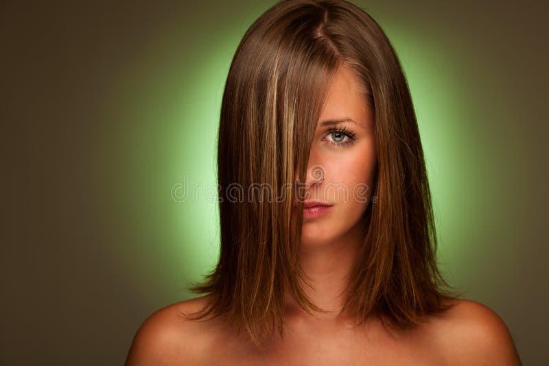Schönheitsporträt der attraktiven jungen Frau mit grüner Aura lizenzfreie stockbilder
