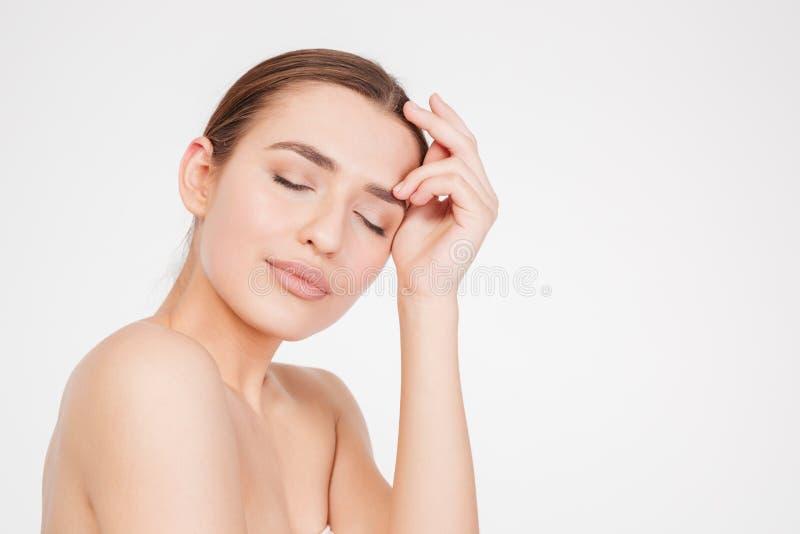 Schönheitsporträt der attraktiven sinnlichen jungen Frau mit geschlossenen Augen lizenzfreie stockfotografie