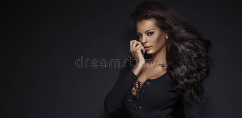 Schönheitsporträt der eleganten jungen Frau lizenzfreies stockbild