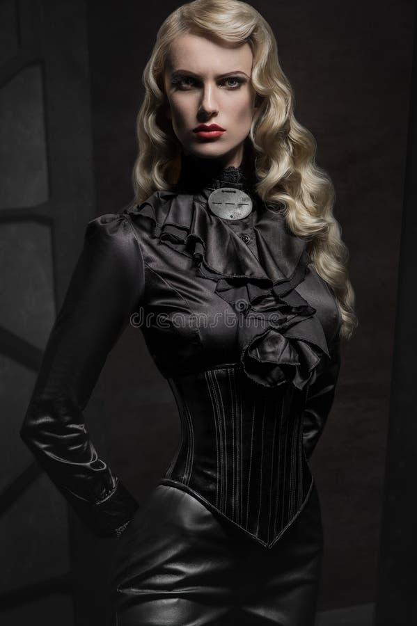 Schönheitsporträt der Frau in der Militärkleidung stockfotografie