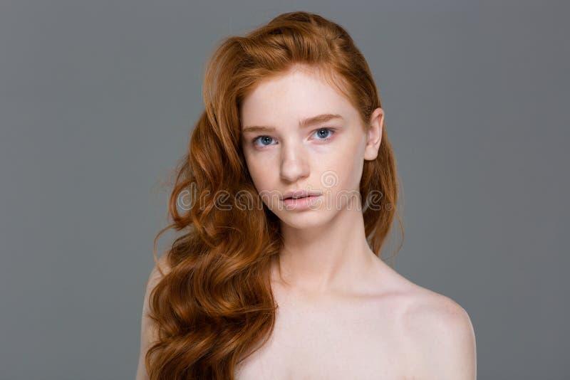 Schönheitsporträt der herrlichen natürlichen Rothaarigefrau mit dem gewellten Haar lizenzfreie stockfotografie