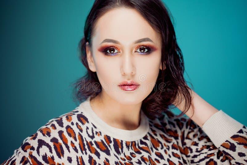 Schönheitsporträt der jungen attraktiven Frau in einem Pullover stockbild