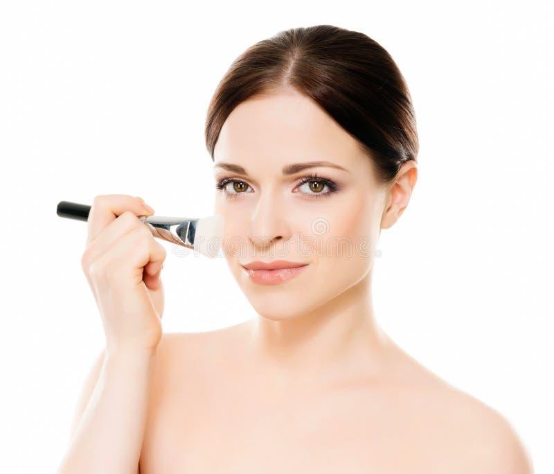 Schönheitsporträt der jungen, attraktiven, frischen, gesunden und natürlichen Frau, die eine Make-upbürste hält stockfotografie