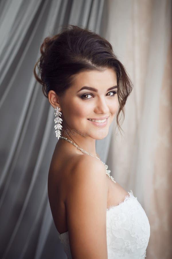 Schönheitsporträt der jungen Braut Perfektes Make-up und Frisur lizenzfreie stockfotos