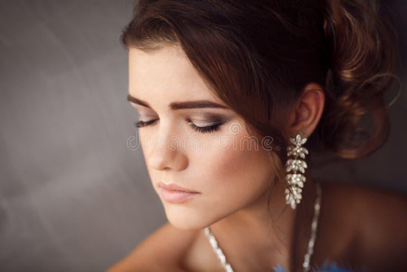 Schönheitsporträt der jungen Braut Perfektes Make-up und Frisur lizenzfreie stockbilder