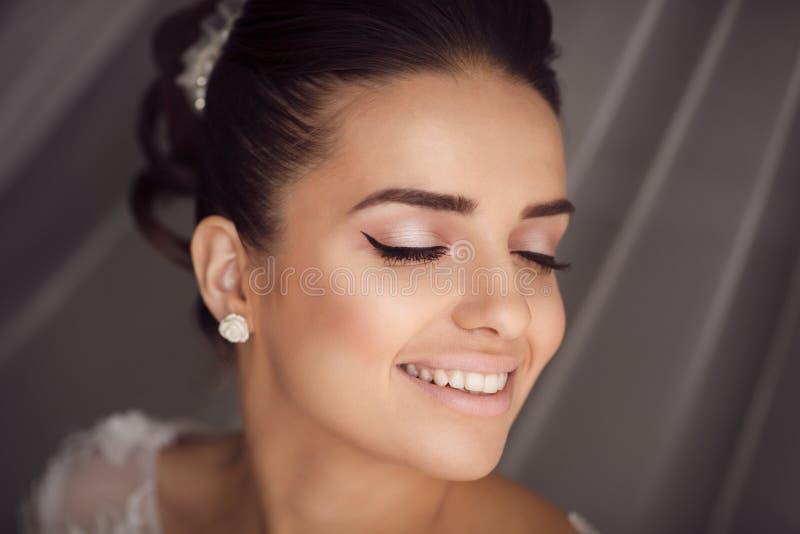 Schönheitsporträt der jungen Braut Perfektes Make-up und Frisur stockbild