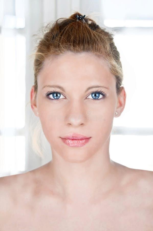 Schönheitsporträt der jungen Frau lizenzfreie stockfotografie