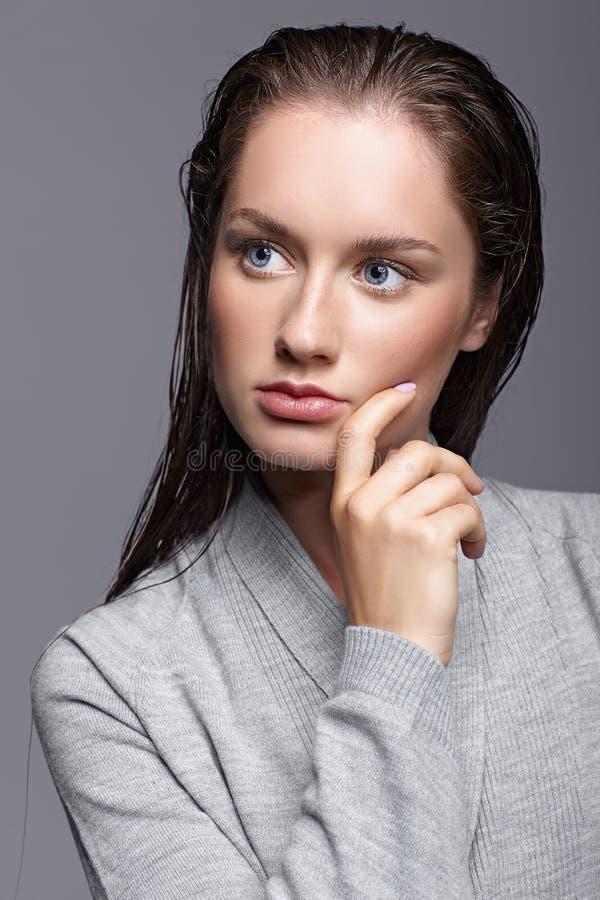 Schönheitsporträt der jungen Frau im grauen Kleid Brunettemädchen mit lizenzfreies stockbild