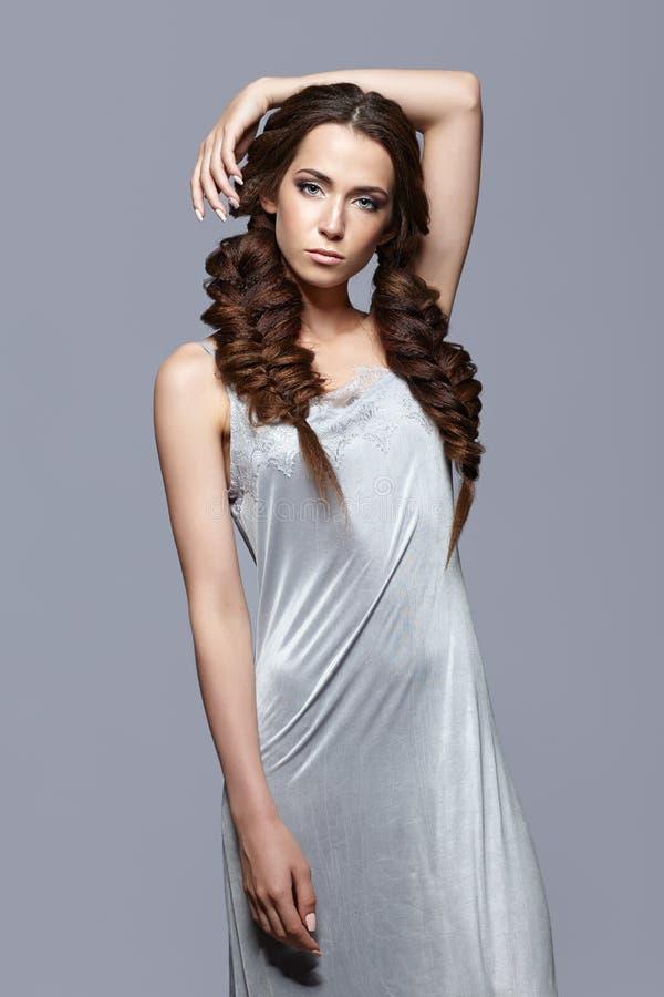 Schönheitsporträt der jungen Frau im Nachthemd Brunettemädchen mit lo lizenzfreies stockbild