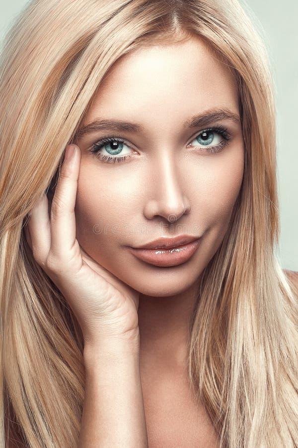 Schönheitsporträt der jungen Frau mit schönem gesundem Gesicht mit nettem Make-up lizenzfreie stockfotografie
