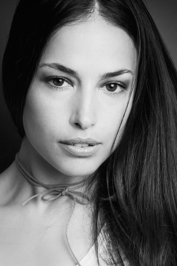 Schönheitsporträt der jungen Frau in Schwarzweiss lizenzfreie stockfotos