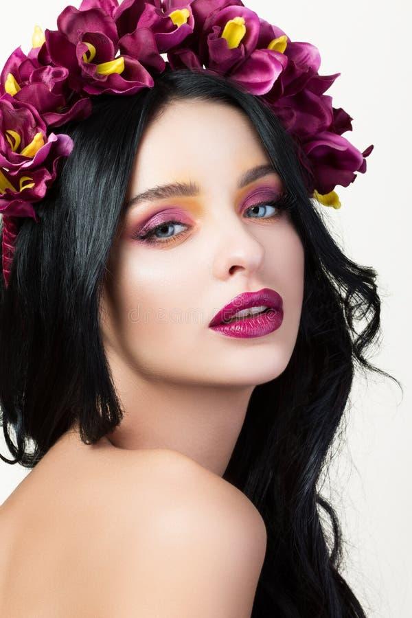 Schönheitsporträt der jungen hübschen Brunettefrau stockbild