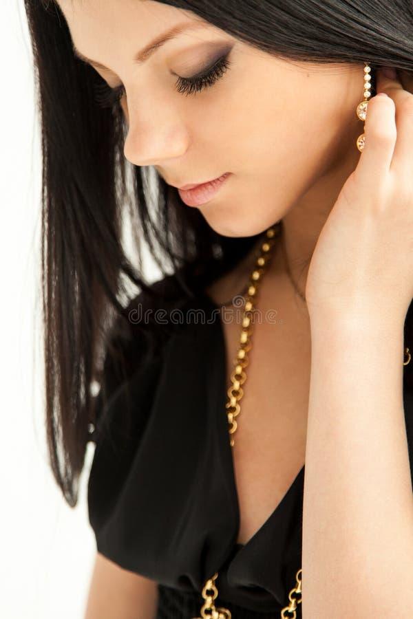 Schönheitsporträt der langhaarigen lächelnden jungen Brunettefrau stockfotos