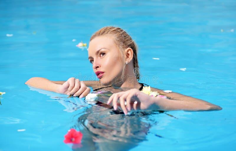 Schönheitsporträt der schönen jungen Frau, die auf Strand sich entspannt Gl?ckliche junge Frau, die Spa? am Strand am sonnigen Ta lizenzfreies stockfoto