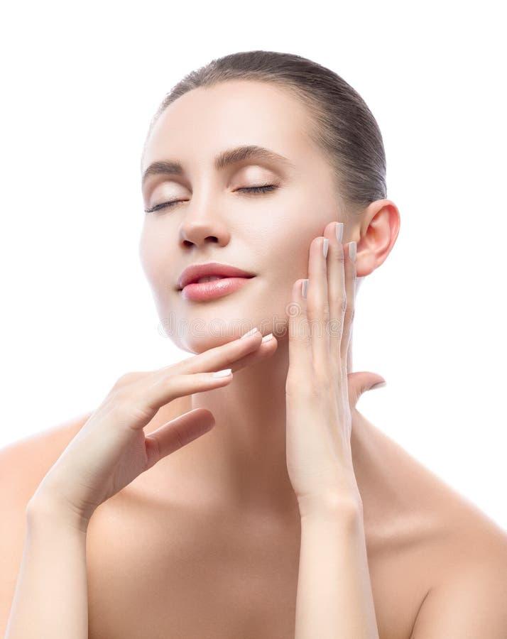 Schönheitsporträt der schönen jungen Frau, die ihr Gesicht mit geschlossenen Augen berührt Hautpflege und Badekurorttherapie lizenzfreie stockfotografie