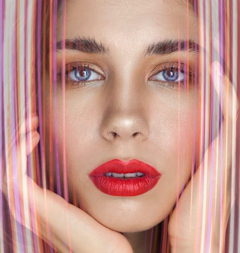 Schönheitsporträt der sexy jungen Frau mit den roten Lippen stockfotos
