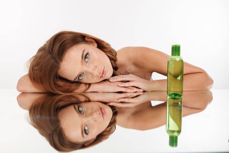 Schönheitsporträt der sinnlichen Ingwerfrau mit dem langen Haar lizenzfreies stockfoto