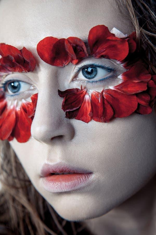Schönheitsporträt des jungen Mode-Modells mit den nassen Haaren und rotem Florida stockbild