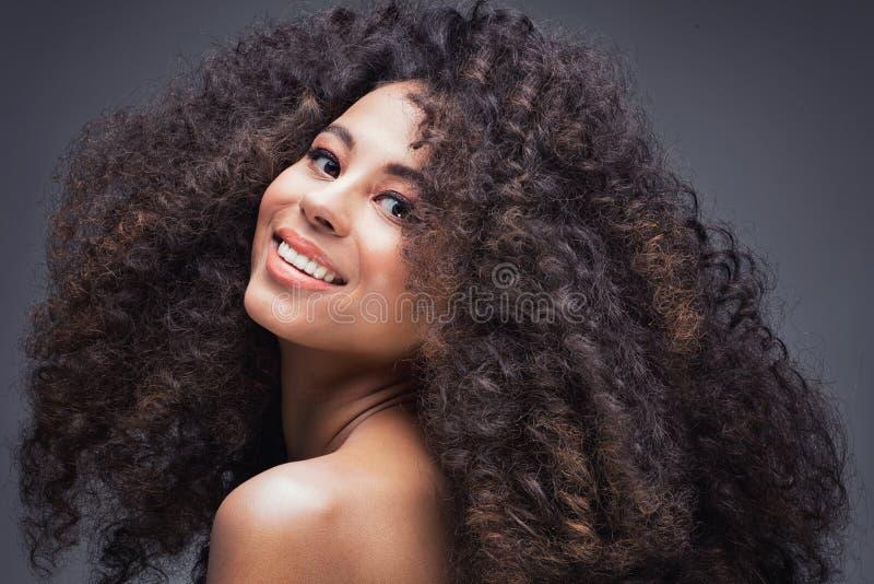 Schönheitsporträt des Mädchens mit Afro lizenzfreies stockbild