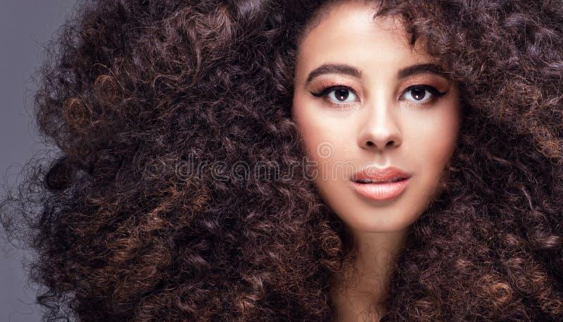 Schönheitsporträt des Mädchens mit Afro lizenzfreie stockbilder