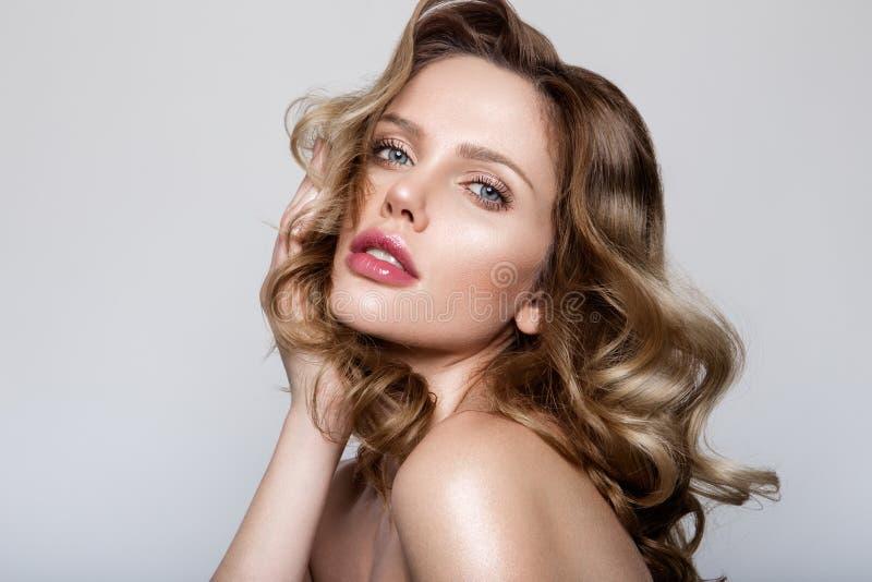 Schönheitsporträt des Modells mit natürlichem Make-up lizenzfreie stockbilder
